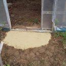 固まる砂でビニールハウス入り口の防草対策!