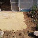 固まる砂でビニールハウス入り口の防草対策!2と花壇の虫よけ対策!
